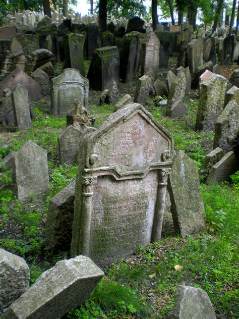 Realm of the dead I | Old Jewish Cemetery in Josefov